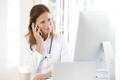 Docteur féminin dans le bureau image libre de droits