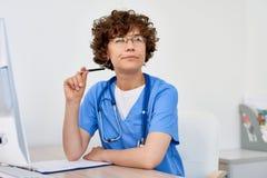 Docteur féminin de pensée au bureau dans le bureau photos libres de droits