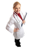 Docteur féminin de sourire avec le dépliant médical Images stock