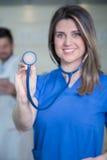 Docteur féminin de sourire heureux avec le stéthoscope Photos libres de droits