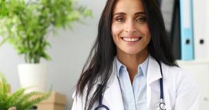 docteur féminin de sourire de la vidéo 4k contre l'hôpital banque de vidéos