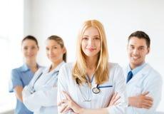 Docteur féminin devant le groupe médical Images libres de droits