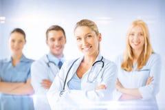 Docteur féminin devant le groupe médical Photos stock