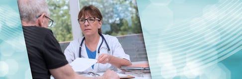 Docteur féminin donnant la prescription à son patient Drapeau panoramique photographie stock libre de droits
