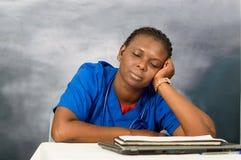 Docteur féminin dormant au travail photo stock