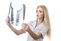 Docteur féminin examinant un rayon X Photo stock