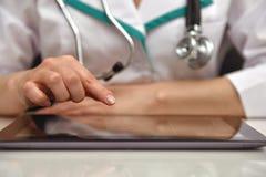 Docteur féminin Examines X-ray Photographie stock