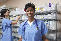 Docteur féminin In Hospital Room Image libre de droits