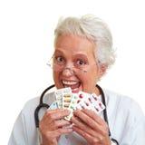 Docteur féminin mangeant des pillules Images libres de droits