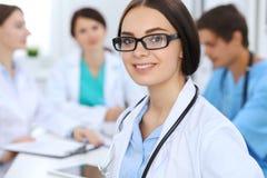 Docteur féminin menant une équipe médicale à l'hôpital Photo libre de droits
