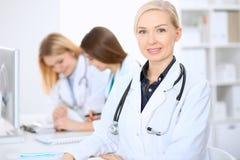 Docteur féminin menant une équipe médicale à l'hôpital Image stock