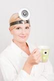 Docteur féminin optimiste avec la cuvette de coffe Images libres de droits