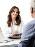 Docteur féminin parlant avec le vieux patient Image libre de droits