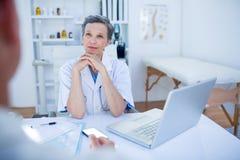 Docteur féminin parlant avec son patient Image stock
