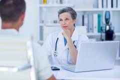 Docteur féminin parlant avec son patient Image libre de droits