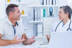 Docteur féminin parlant avec son patient Photo libre de droits