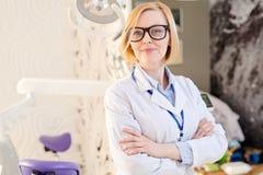 Docteur féminin Posing dans la clinique moderne images stock