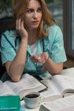 Docteur féminin prenant des drogues photographie stock