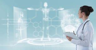 Docteur féminin regardant le fond médical Image libre de droits