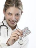 Docteur féminin remettant la médecine Photo libre de droits