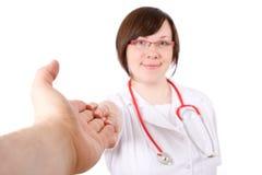 Docteur féminin, retenant l'autre main, utile Photographie stock