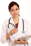 Docteur féminin retenant une planchette image libre de droits