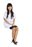 Docteur féminin s'asseyant dans un espace vide photos stock
