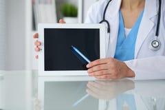 Docteur féminin se dirigeant dans la tablette, plan rapproché des mains Médecin prêt à examiner et aider le patient médecine image libre de droits