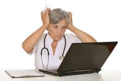 Docteur féminin supérieur avec l'ordinateur portable Photo libre de droits