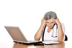 Docteur féminin supérieur avec l'ordinateur portable Photos libres de droits