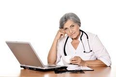Docteur féminin supérieur avec l'ordinateur portable Image libre de droits