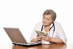 Docteur féminin supérieur avec l'ordinateur portable Photographie stock libre de droits