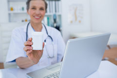 Docteur féminin tenant une boîte de pilules Image stock