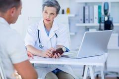 Docteur féminin tenant une boîte de pilules Images libres de droits