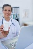 Docteur féminin tenant une boîte de pilules Images stock