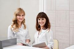 Docteur féminin travaillant à l'hôpital images libres de droits