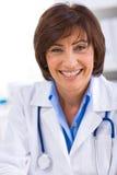 Docteur féminin travaillant au bureau Photographie stock