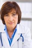 Docteur féminin travaillant au bureau Image libre de droits