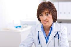 Docteur féminin travaillant au bureau Images stock