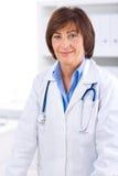 Docteur féminin travaillant au bureau Photos libres de droits