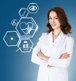 Docteur féminin travaillant avec des icônes de soins de santé Photographie stock libre de droits