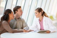Docteur féminin Using Digital Tablet Talking Image libre de droits