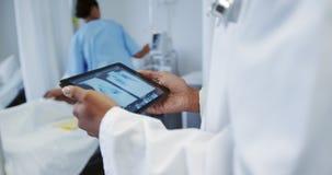 Docteur féminin utilisant le comprimé numérique dans la salle à l'hôpital 4k banque de vidéos
