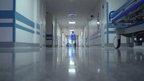 Docteur féminin Walking dans l'hôpital banque de vidéos