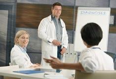 Docteur faisant la présentation pour des collègues photo stock