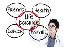 Docteur faisant le concept 1 d'équilibre de la vie Images libres de droits