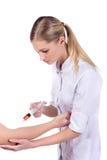 Docteur, fille, injection de seringue photographie stock