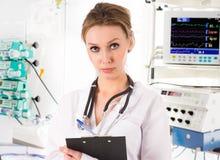 Docteur féminin dans ICU Photo stock