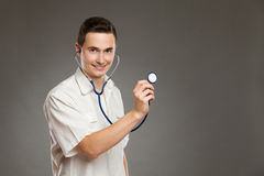 Docteur gai posant avec le stéthoscope Photos stock