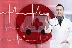 Docteur gai se tenant dans un hôpital Photos stock